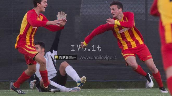 Andrea Rocca esulta dopo il goal