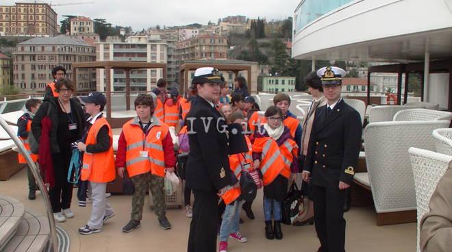 Bambini in visita nave costa