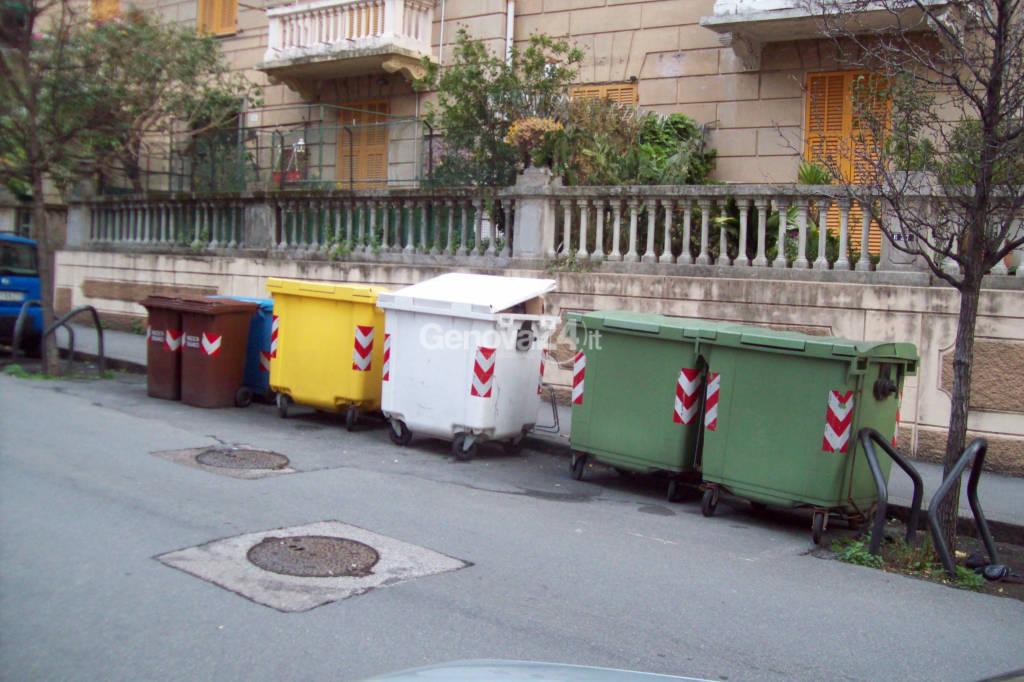 bidoni spazzatura via martiri della libertà pegli
