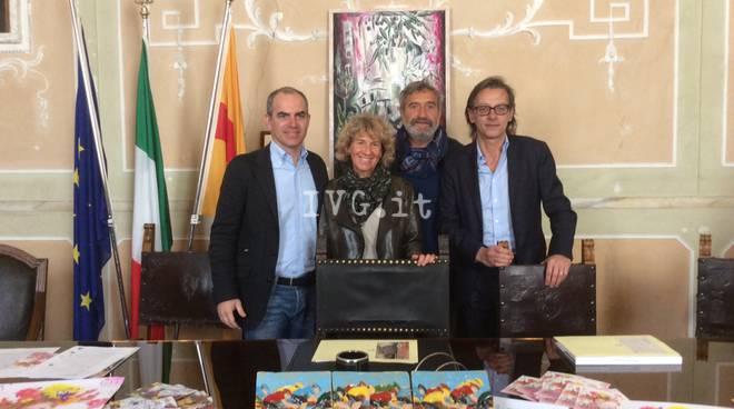 Giro d'Italia ad Albenga: gli artisti Rivolta e Giusto donano due opere d'arte al Comune