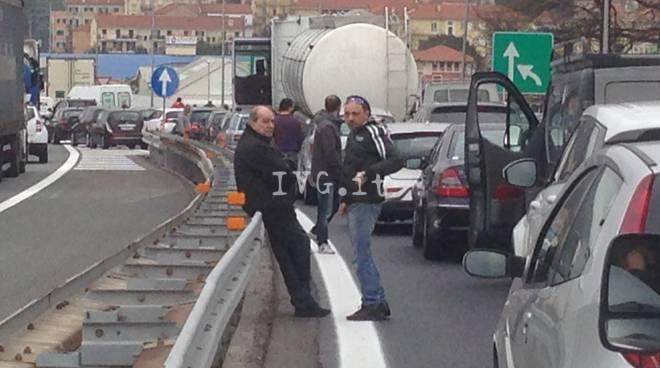 """Incidente a Spotorno, le proteste degli automobilisti e le """"fughe"""" in retromarcia"""