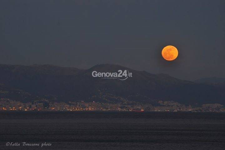 La luna a Cogoleto (Foto di Lella Bruzzone)