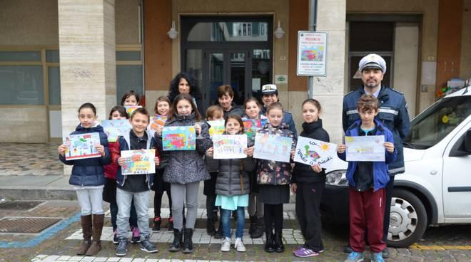 Loano, i disegni dei bambini segnalano le fermate del Pedibus