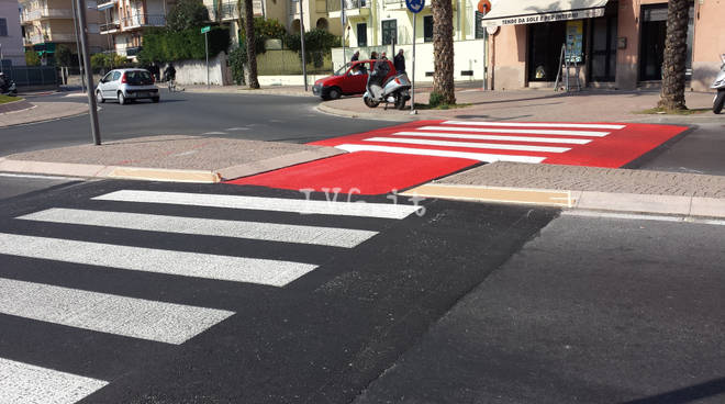 Loano: ultimati i lavori per gli attraversamenti pedonali rialzati, ma non si placano le polemiche