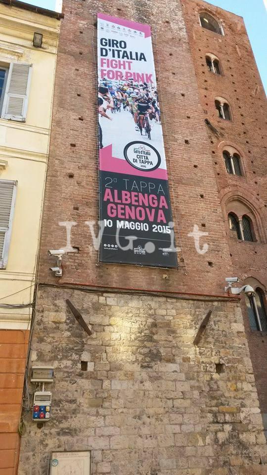 striscione giro d'italia torre civica