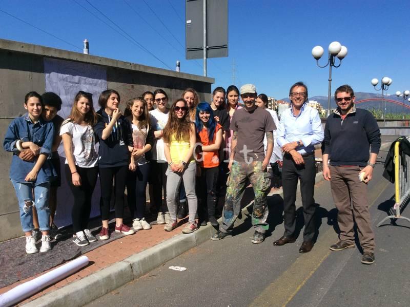 Albenga, sul Lungocenta un murales di 50 metri dedicato al Giro d'Italia