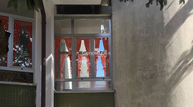 Finestra della scuola Dellepiane di Rapallo