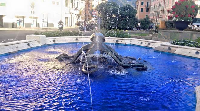 La Fontana del Polipo si tinge di blu