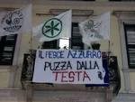 """Lo striscione dei Giovani Padani """"Il pesce azzurro puzza dalla testa"""""""