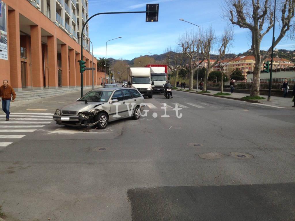 Savona, scontro auto-furgoncino all'incrocio tra via Aglietto e Corso Ricci