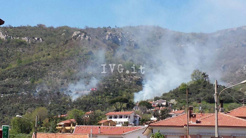 Toirano, incendio lungo la provinciale per Balestrino