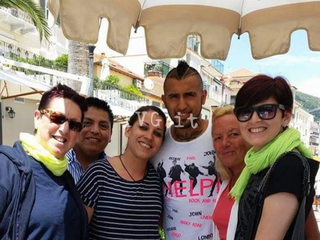 Arturo Vidal sul lungomare di Alassio