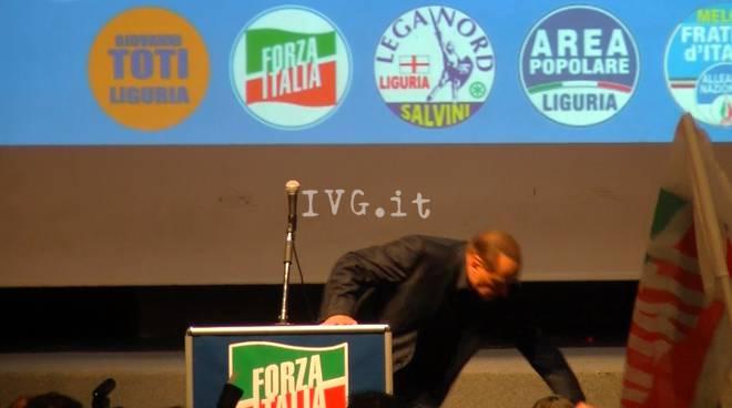 """Berlusconi a Genova, la """"caduta"""" dell'ex premier"""