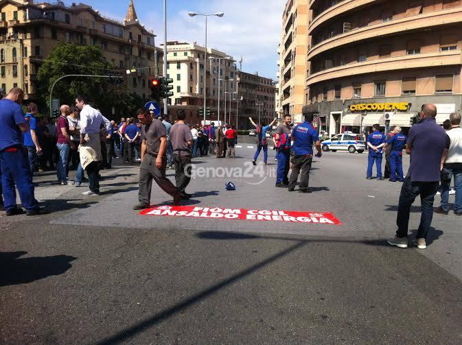 I lavoratori di Ansaldo Energia bloccano via Cantore