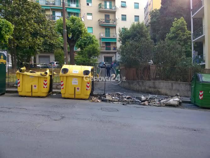 Notte di fuoco a Sestri Ponente: raid incendiari contro i cassonetti