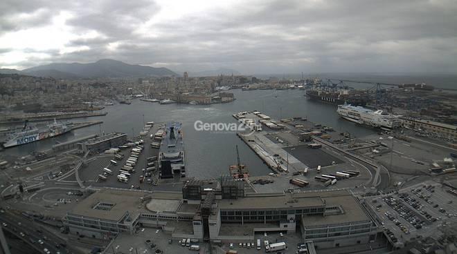 Nuvole sul porto di Genova