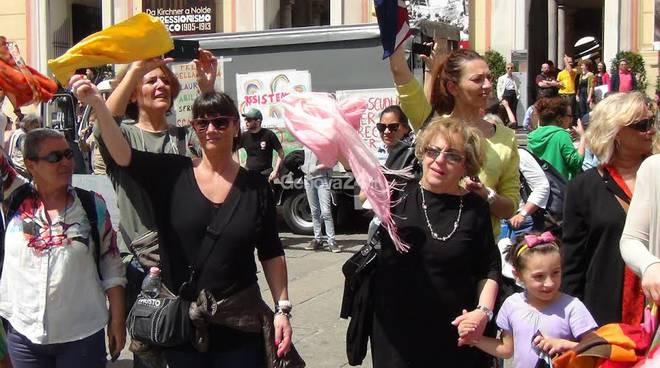 Sciopero della scuola, girotondo in piazza De Ferrari