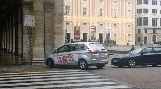 Auto di Raffaella Paita parcheggiata sulle strisce