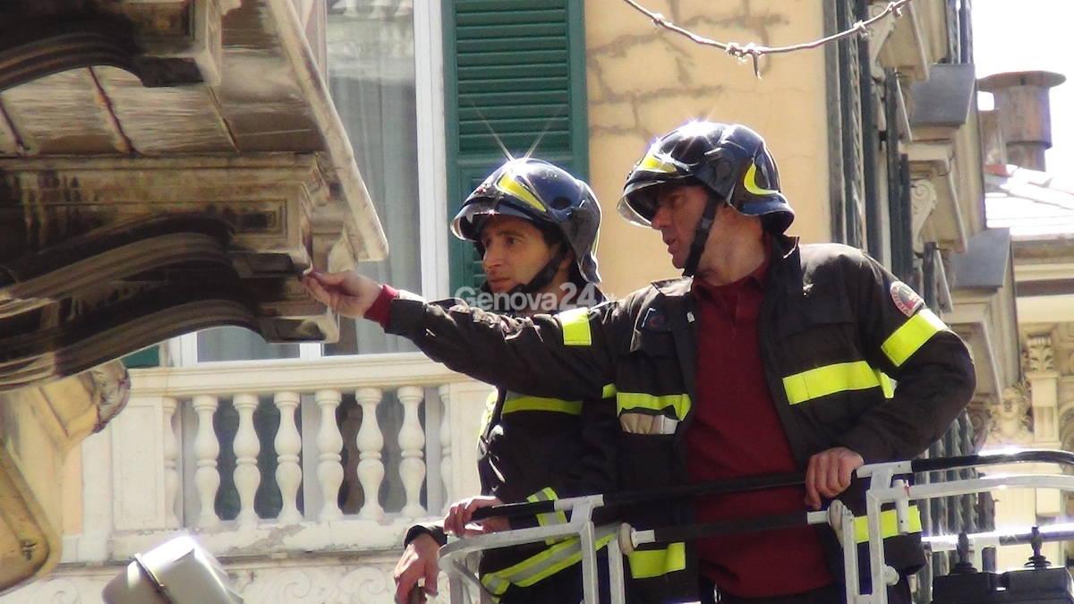 Via Roma: crolla un cornicione