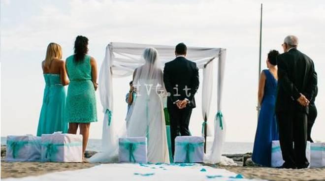 Matrimonio Spiaggia Alassio : Matrimoni sulla spiaggia il comune di pietra dice quot sì lo