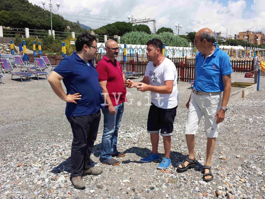"""Borghetto, """"marea"""" di sassi sul litorale di ponente"""