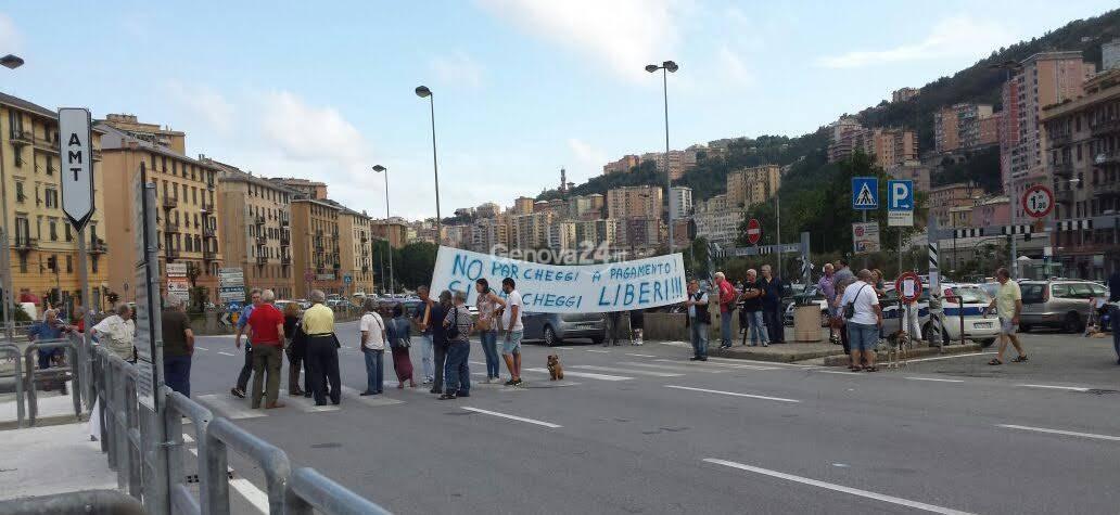 Il parcheggio di Staglieno diventa blu area: la protesta