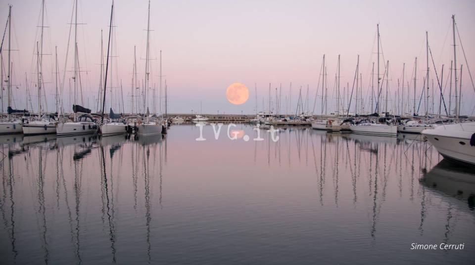 """Lo spettacolo della """"luna rossa"""" del 2 giugno"""