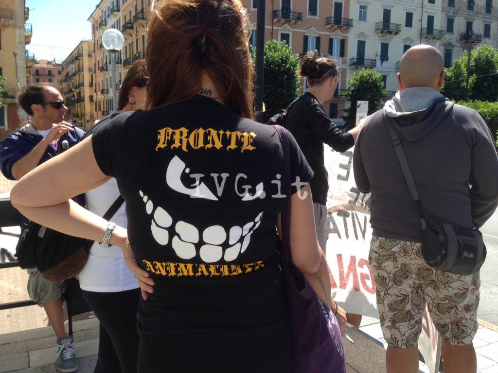 Savona, protesta anti-caccia sotto il palazzo della Provincia