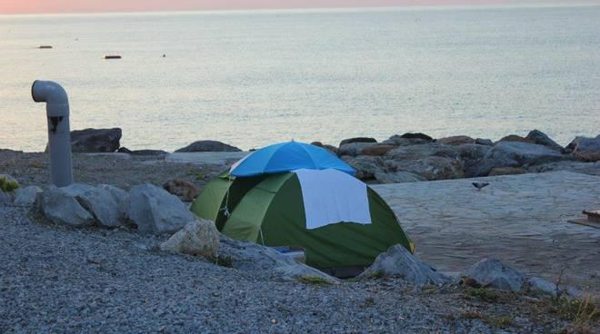 tende in spiaggia savona
