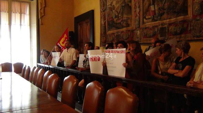 Centri per l'impiego, la protesta dei lavoratori in consiglio metropolitano