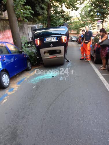 Incidente in via Bertani, macchina cappottata