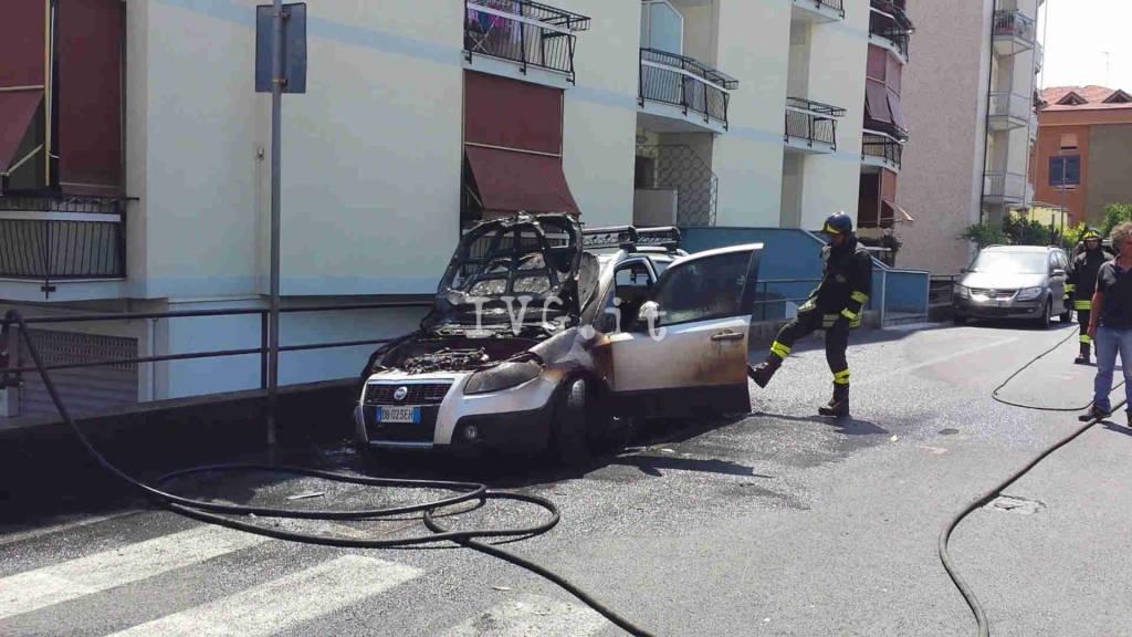 Loano, auto a fuoco in via Manzoni