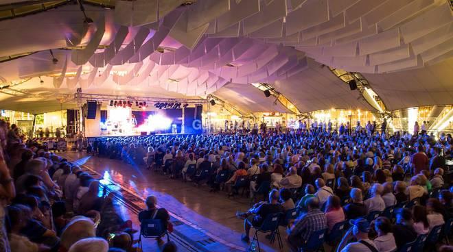 Piazza delle Feste affollata