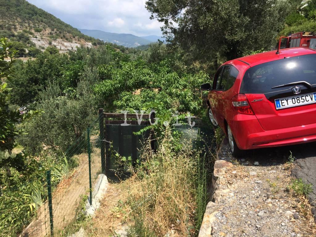 Ranzi: accusa un malore alla guida e con l'auto resta in bilico sul ciglio della strada