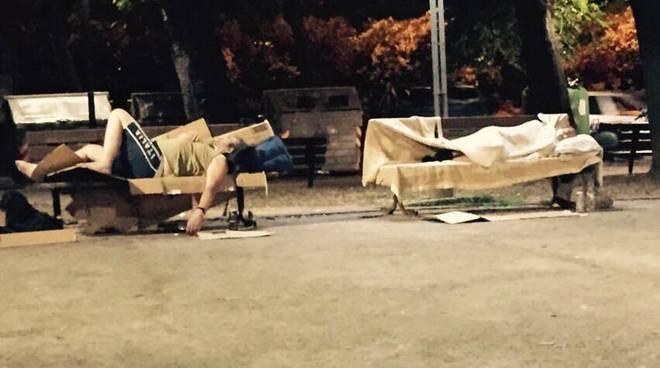 savona piazza del popolo clochard senzatetto