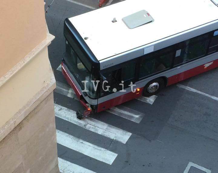 Savona, scontro auto-bus in via dei Vegerio
