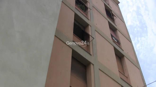 Si getta dalla finestra a causa dello sfratto: le immagini del luogo della tragedia