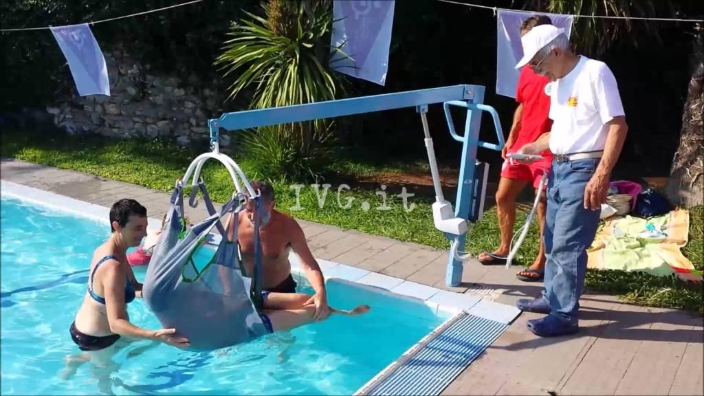Loano inaugurato in piscina il nuovo sollevatore che - Sollevatore piscina per disabili ...