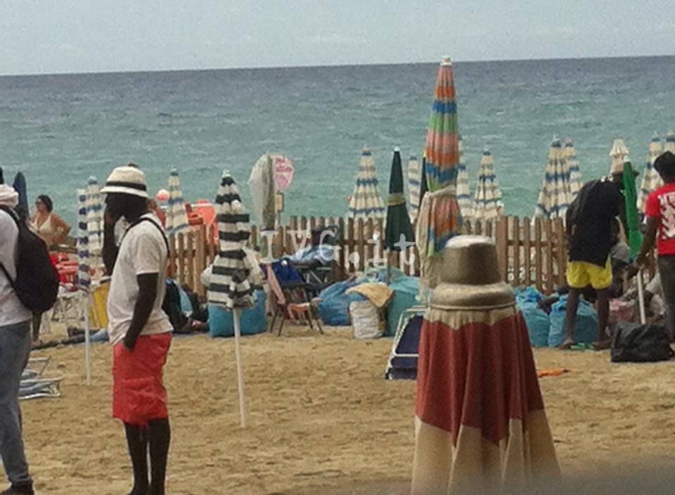 Abusivi in spiaggia a Pietra