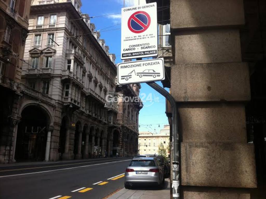 Auto parcheggiate sul marciapiede di via XX Settembre