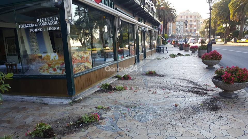 Fioriere distrutte in passeggiata a Rapallo