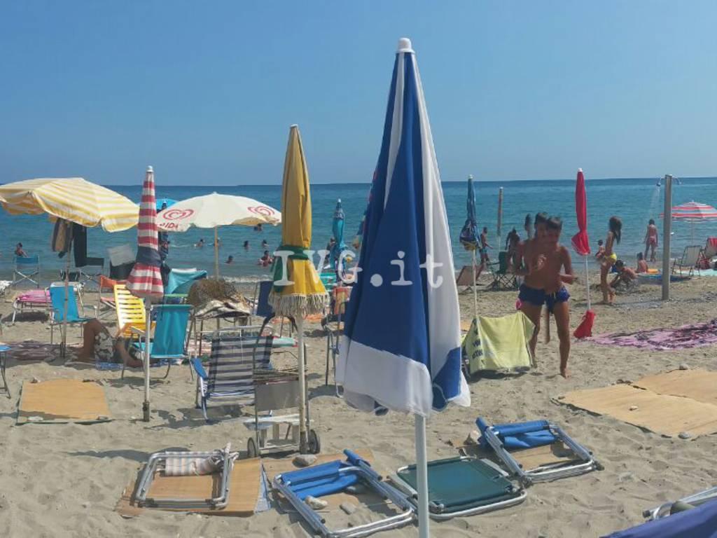 """Le """"prenotazioni"""" alla spiaggia libera di Ceriale"""