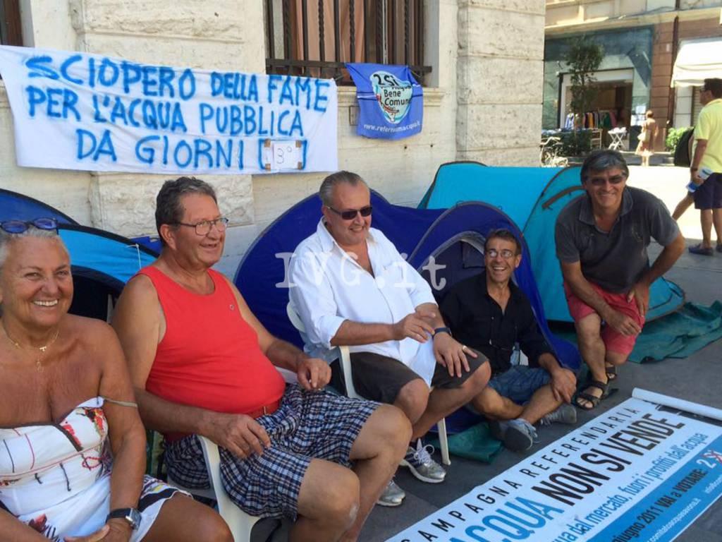 Savona, continua il presidio per l'acqua pubblica: manifestanti al terzo giorno di digiuno