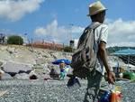 Venditore abusivo minorenne sulla spiaggia
