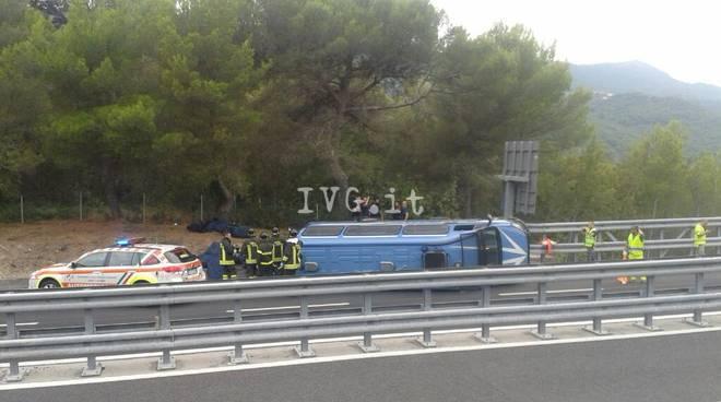 Andora, furgone della polizia cappottato sulla A10