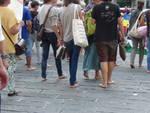 Genova, la marcia degli uomini e delle donne scalze