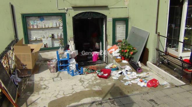 Nubifragio a Genova, negozi allagati e Borgo incrociati