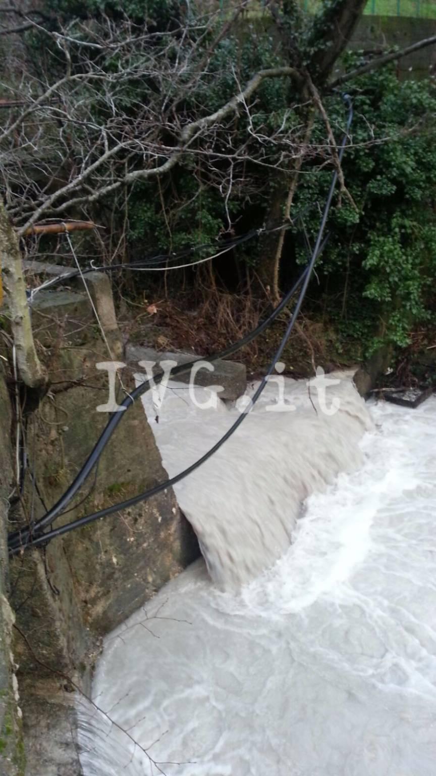 Toirano, materiali edili abbandonati nel letto del fiume