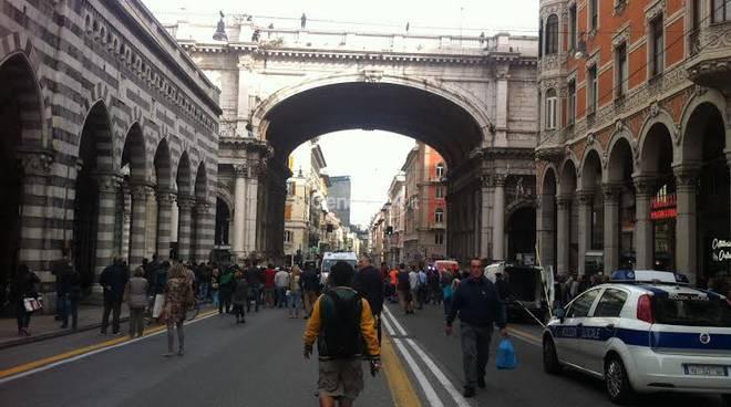Ambulante minaccia di buttarsi dal Ponte Monumentale