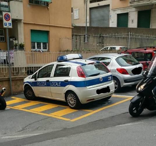 Polizia municipale parcheggiata su un posto per disabili